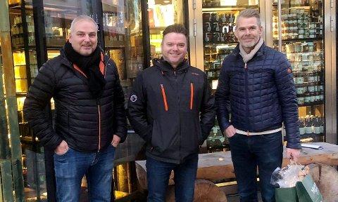 Fra venstre eieren av anlegget, Henrich Mørch, styreleder og daglig leder i A Bite of Norway, Frank Asle Mathisen og han som blir daglig leder i det nye driftsselskapet, Stig J. Skjerve.