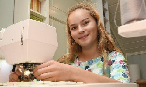 SYR HJEMME: Amalie Driveklepp (14) har en hobby som ikke er like vanlig blant alle på hennes alder. Hun syr, strikker og hekler.