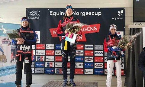 NM-SØLV: Her har Anna Heggen fra Svea skilag mottatt sin sølvmedalje i NM for juniorer klasse K17.