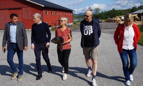 BEFARING: Politikerne tok med Støre til Sagatangen. Fra venstre: Nils Erik Mossing (Lunner Ap), Jonas Gahr Støre, Randi Eek Thorsen (Gran Ap), Helge Haukeli (Gran Ap) og Ingrid Frydenlund (Fagforbundet).