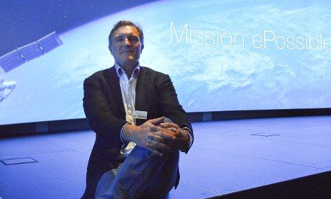 Enorme muligheter: Mission epossible står det på veggen bak Knut H. Johansen og han mener Esmart Systems aldri har vært i nærheten av de muligheten selskapet har nå, blant annet takket være samarbeidet med Microsoft. Esmart øker nå til 80 ansatte og han er brennsikker på at selskapet vil fortsette å vokse i 2016. Foto: Thomas Lilleby