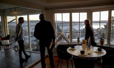 PåÅ VISNING: Megler Anders Hauge sammen med et par, som var interessert i å se på huset og den flotte utsikten over Halden. Alle foto: Jan Erik Sørlie