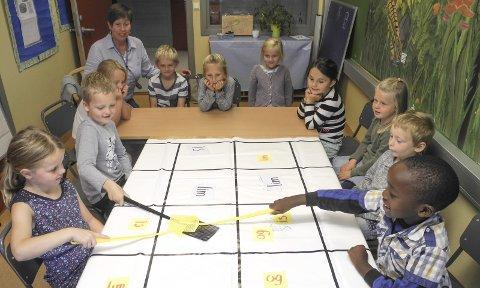 EN EKSTRA LÆRER: Klasse 1A ved Gimle skole har fått økt lærertetthet. Her er klassen delt for å få undervisning av Heidi Thoresen, som er såkalt «TwoTeacherslærer».