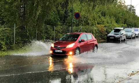 FUKTIG: I morges kom det mye nedbør i distriktet og flere steder var det vann i veibanen, som for eksempel her på Grønland.