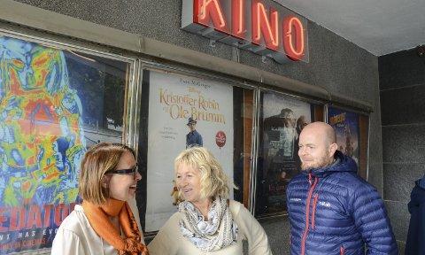 Avtale i boks: Nå blir det kinoannonser i lokalavisen igjen. F.v. Else Marie Sandal og Bjørg Skogasel i Odda kommune, sammen med Roald Nøstdal, salgssjef i HF.