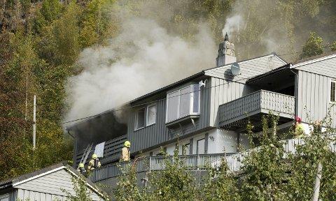 Røykutvikling: Slik såg det ut då brannmannskapa var i gang med arbeidet tysdag.