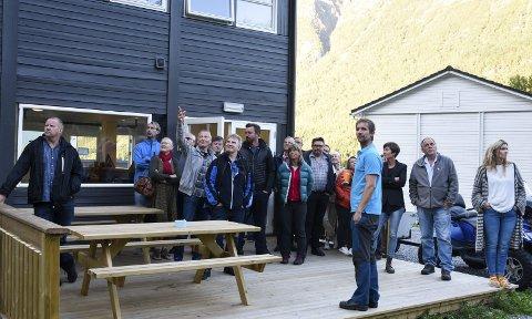 LET SEG IMPONERA: Måndag fekk Ullensvang heradsstyre omvising på det nyaste tilskotet av turistverksemder i Kinsarvik. Hardangerpark skal byggja eit 16 meter høgt klatretårn bak det som før var asylmottak, men no husar feriefolk. Alle foto: Eli Lund