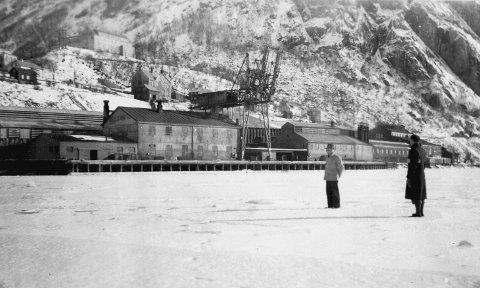 To menn på isen ved Nitriden I Tyssedal, 1942. Gravdal fortel at isen den vinteren låg heilt ut til Stana.