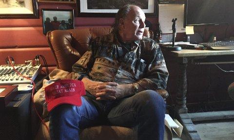 BLIKK MOT USA: Alexander Hauge med Trump-capsen der det står «Make America Great Again». Han støtter utsagnet, men ikke politikken til Trump. Foto: Arnstein Olaisen