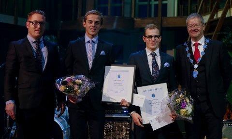 Idrettsstipendet ble delt ut av ordfører Arne-Christian Mohn (t.h.) til Endre Espedal og Birk Nagell Skogland. Seksjonsleder idrett Kjetil Lande (t.v.) Foto: Jan Kåre Ness