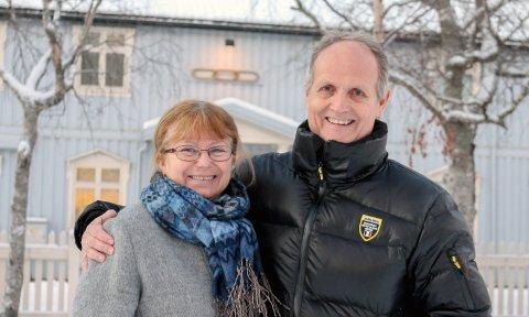 Like: – Dere er i vår sjanger, sier Lill Karin Aanes i Termik til giver Jøran Daleng i Odd Fellow loge nr. 71 Øyfjell. . Foto: Lise Jeanette Nilsen