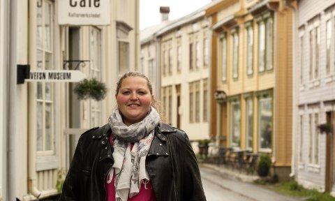 Arbeidsledig: Yma Nordgård, opprinnelig fra Trysil og bosatt i Vefsn, har vært uten jobb i tre år. Så langt har hun ikke fått napp, ikke engang på sommerjobb. Nå brukes hverdagen til studier. – Drømmen er å få jobbe på advokatkontor, sier hun. Foto: Stine Skipnes