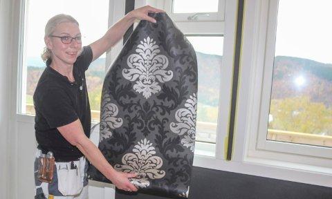 MALE- OG TAPETJOBB: Malermester Edel Reinfjell er i gang med en male- og tapetjobb i Kulstadlia. Hun kommer med mange gode tips til de som skal male og tapetsere selv.