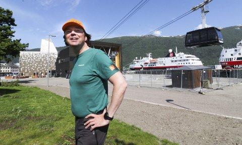 FRA SENTRUM: Pål Ragnar Amundsen er daglig leder i Romsdalen AS og Romsdalsgondolen AS i Åndalsnes.  Pendelbanen går fra sentrum og opp på Nesaksla 708 meter over havet. Første uka i juli skal restauranten på toppen stå ferdig. Foto: Per Vikan