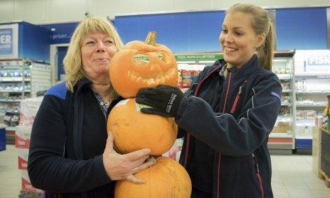 NY INTERESSE: Britt Gade (til venstre for Rita Hansen) regner med å selge 300 kg gresskar i oktober. Foto: Stian Hansen
