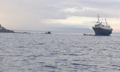 SÅNN KAN DET GÅ: Det er lurt å respektere rød bøye når det bygges molo. Ellers kan det gå slik som med denne fiskebåten. Den grunnstøtte under bygging av Klubbskjærmoloen i Honningsvåg i juli 2013.