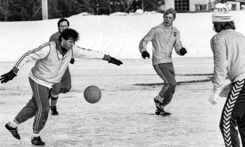 PÅ ISEN: Svend Bang Pedersen (t.v) lader til skudd i vinterlige forhold på fotballtrening i 1983.