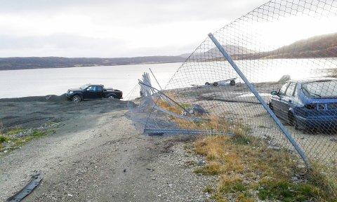 KJØRTE NED GJERDET: Her kjørte man gjennom gjerdet og ut i det fri. I bakgrunnen ser man builen som ble etterlatt. Den ander bilen ble to dager senere funnet på et jorde utenfor Mehman i Gamvik kommune 26 mil unna.
