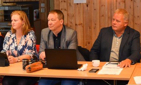 JOHNNY VIL UT: Fremskrittspartiets Johnny Olaussen (midten) vil ut av kommunestyret i Gamvik. Her er han under konstitueringen av kommunestyret, høsten 2019, sammen med Susanne Grinde og Øyvind Berg.