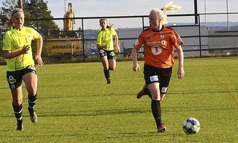 Johanne Kolstad (t.h.) fra Hemnes spiller for Indre Østfold FK, som gikk på tre stortap i kvalikspill til 2. divisjon.