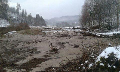 Det var store mengder jord og vann som kom rennende ned mot Skulerudsjøen.