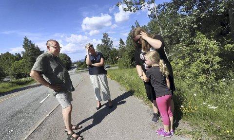 På befaring: Therese Hvidsten Amundsen og datteren Leah Sofie (6), ble hørt. Torsdag kom ordfører Elin Gran Weggesrud og leder av hovedutvalg for samferdsel i fylket, Arve Høiberg til Sundbyfoss, for å se på fartsproblemene. Nå har det gitt resultater.foto: jarl rehn-Erichsen
