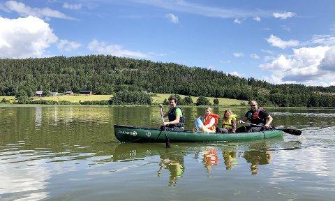 Padleturen Sundbyfoss – Eidsfoss: Det ble en kjempetur med over 30 deltakere, og enda flere ville gjerne vært med. Maja, Malin, Linnea og Roy Martin. Foto: Trude Flo Kjennerud