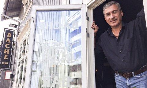 STORE KONSEKVENSER: Jalal Gargari opplever at driften av Bache Bar er nær sin økonomisk smertegrense.– Dette er vårt bidrag i den dugnaden som kampen mot koronaen er, sier han. Foto: Lars Ivar Hordnes
