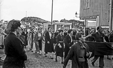 Trikotasjearbeiderne 1. mai 1938: Våren 1938 var det konflikt på Kragerø Trikotasjefabrikk, som ble stiftet i 1935-36. På vårparten 1938 ble to unge kvinnelige arbeidere oppsagt. Dette førte til stor uro ved bedriften. De ansatte mente det var usaklig oppsigelse. Tilitsvalgte og bekledningsarbeiderforbundet var i flere forhandlingsrunder med bedriften, som sto på sitt. Denne konflikten kom til å prege 1. mai-demonstrasjonen dette året og de ansatte ved Trikotasjen deltok i demonstrasjonstoget. Dagen etter, 2. mai, ble det «sit down»-aksjon på Trikotasjefabrikken og bedriften svarte med å si opp hele hele arbeidsstokken, som ble satt på dør. Konflikten ble løst få dager senere. De to kvinnene som ble oppsagte ønsket ikke å begynne igjen etter det som hadde skjedd, men fikk en økonomisk kompensasjon. Den ene fikk 100 kroner, mens den andre fikk 120 kroner.