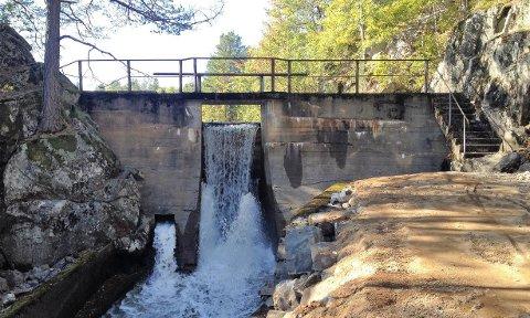 Klekkeriet er tenkt plassert i nærheten av dammen ved utløpet av Ilsjø. Klikk på pilene eller sveip for å se flere illustrasjoner.