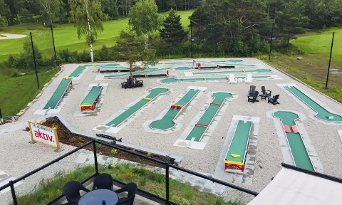 Minigolf: Hovedutvalget vil gi tillatelse til at det skjenkes alkohol på minigolfbanen som er anlagt rett ved siden av klubbhuset på Kragerø Golf. Foto: Privat