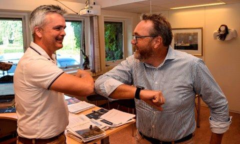 ALBUEHILS: Ordfører Bror Helgestad (t.v.) og kommunedirektør Ole Magnus Stensrud møtte hverandre til en kjapp albuehils da sistnevnte hadde sin første arbeidsdag i rådhuset på Lena mandag.