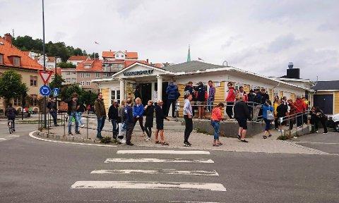 Vinomonopolet i Kragerø er blant dem som får holde lenger åpent på lørdager allerede fra 1. september. Bildet er fra juli i år.