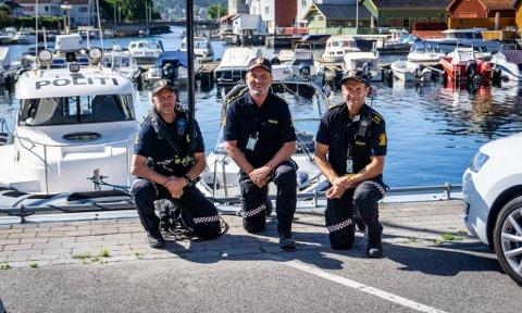 ER TIL STEDE: (f.v) Terje Sandik, Dag Størksen og Nils Anders Bruun forteller at politiet vil ha minst én båt på vannet hver dag frem til august.