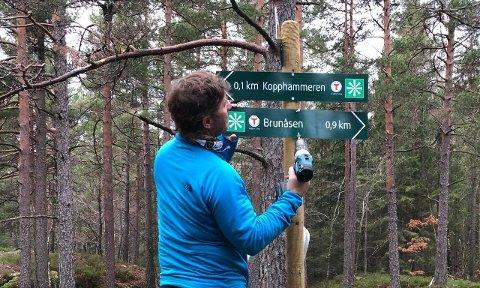 Turlagsleder André Ekeberg Nilsen er blant dem som har lagt ned mangfoldige dugnadstimer med «Bystien». Her er han fotografert under monteringen av skiltet som nå er stålet.
