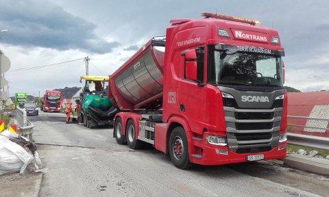 ASFALTERING: Veidekke fiksa asfalt på Eikebrua og Døssland bru fredag.