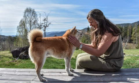 Anne Lill Kvam driver hundeskole rundt omkring i verden. Her med Fant. FOTO: tONHILD S. STRAND