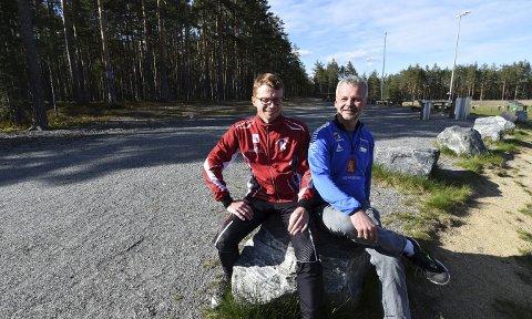 GLEDER SEG: Runar Teigen (t.v.), og Lars Wettestad gleder seg til at det nye friidrettsanlegget, som blir liggende i furumoen til venstre på bildet, skal stå klart.