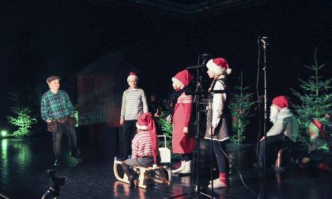 En ekte snekker: Nissebarna blir fra seg av glede når snekker Andersen kommer. Alle får en gave. Alle foto: Lise Fagerbakk