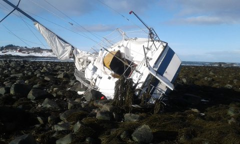 Båten ligger i fjæra ved Gjersvoll i nærheten av Laukvik.