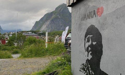 Gatekunst: Töddel sitt nye Verk av Hanna Kvanmo har utsikt mot Lofotfjellene i Moskenes.