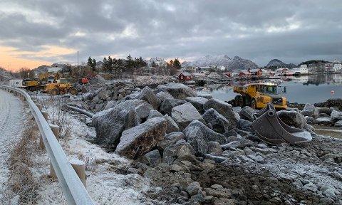 Jonassen for full maskin ved Reineholmen på Ballstad.