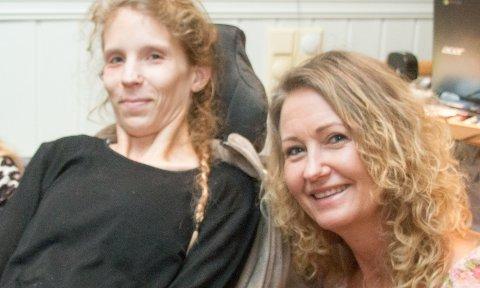 TATT OPP: Unni Nilsen Husøy (til høyre) har tidligere blant annet tatt opp situasjonen for trafikkskadde Hege Cecilie Moe. Nå vil hun ha nye Lyngdal inn på forsøksordningen med statlig finansiert omsorg.
