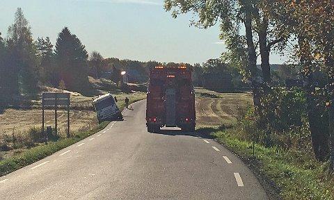 Redningsbilen var på plass for å få septikbilen opp av grøfta.