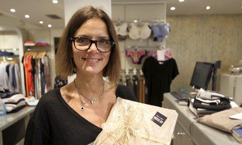 Merke: Nina Felle Gustavsen på Portobello er en av de som bruker klistremerket når hun pakker inn gaver for kundene.Foto:: kristian Laache