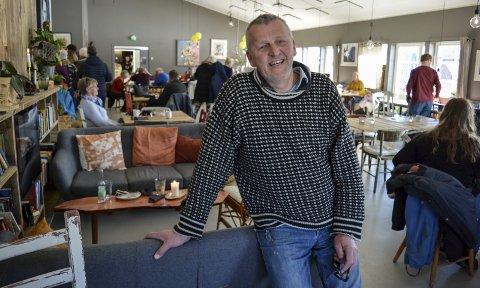 STRAMMET INN: Hans Thorer Mamen på Røed gård leide ut festlokalene der ungdsomfesten ble arrangert. Han sier han har strammet inn reglene for å leie ut til unge over 18 år etter at en fest gikk helt over styr tidligere i høst.