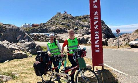 SYKKELFEIRING: Jeanette Reistads (t.v.) første sommer med nytt hjerte feires på tandemsykkelen sammen med venninna, Janne Korneliussen.