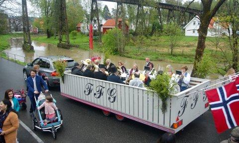 ORKESTERPLASS: Musikkorpset Frem Fra Glemselen ruller standsmessig gjennom Hølens gater på 17. mai – til stor glede for innbyggerne.