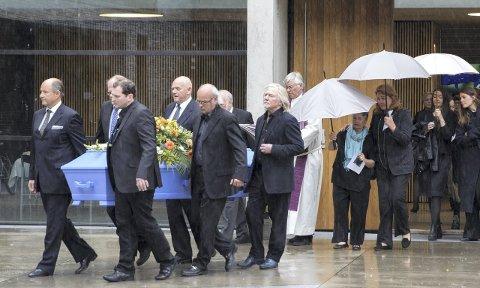 BAR KISTEN: Morten Krogvold (bak t.h.)  og Jan Vincents Johannessen (bak t.v.) var blandt de som bar kisten. Foto: Berit Roald / NTB scanpix