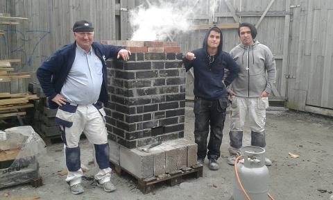 Kalksteinsbrennere. Murmester Arild Levernes, elevene Oscar Romero og Kevin Andersen